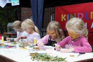 Beim Basteln Weltkinderfest
