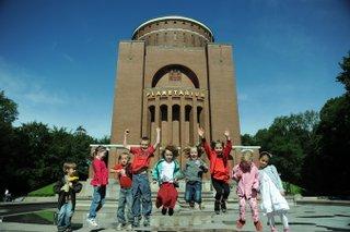 Kinder vor Planetarium