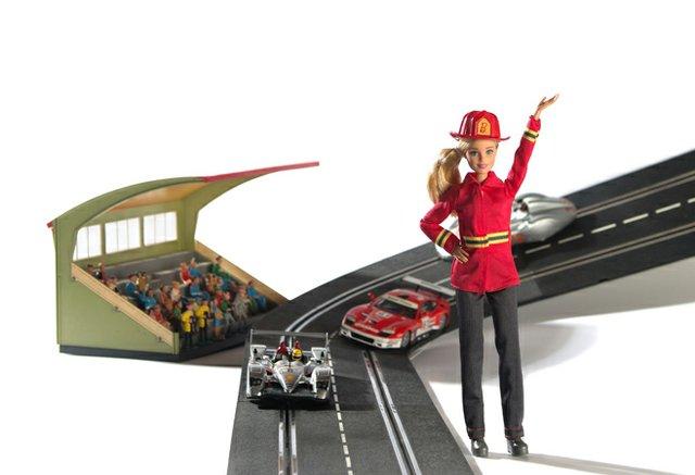 Carrera-Rennwagen und Barbiel als amerikanische Feuerwehrfrau