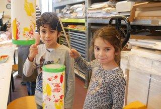 Kinder mit Laternen