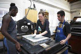 Schulklasse beim Steindruck