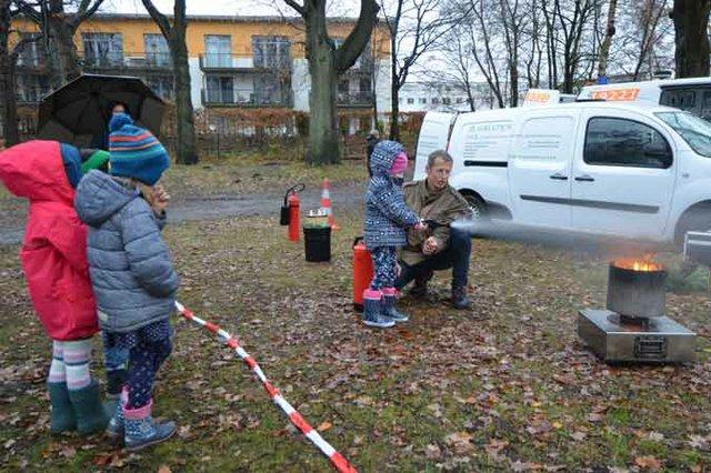 Kita-Kinder im Löschtraining - beim Tag des brandverletzten Kindes in der Asklepios Klinik Nord (