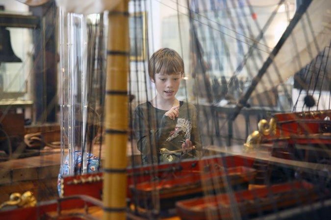 Junger Besucher vor Schiffsmodell im Museum für Hamburgische Geschichte