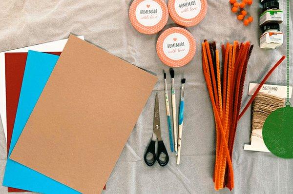 5. Für die lustigen Deckel-Figuren brauchst Du: - bunte Pappen oder Papier - Pfeifenbreiniger - Acryl- oder Fingerfarbe - zwei Einmachdeckel - Bastelband - Schere - Heißklebepistole - Pinsel