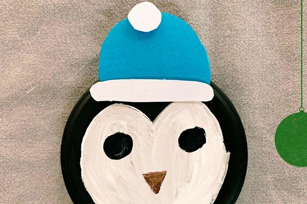 9. Mütze aufkleben und Augen und Schnabel aufmalen oder aus Pappe aufkleben.