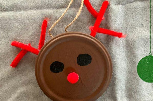 13. rote Nase aus Pappe oder Pfeifenputzern aufkleben; Aufhänger aus bastelband festkleben