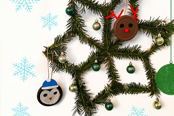 Stern  aufhängen, mit Deckel-Tieren und kleinen Weihnachtskugeln schmücken.