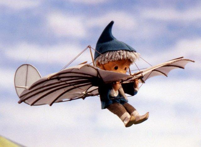 Sandmännchen fliegt mit einem Lilienthal-Gleiter